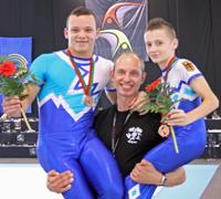 Niklolaj Dewataikin mit Partner Lukas Claus und Trainer Igor Blintsov nach dem Gewinn der Bronzemedaille bei der EM 2009 in Portugal