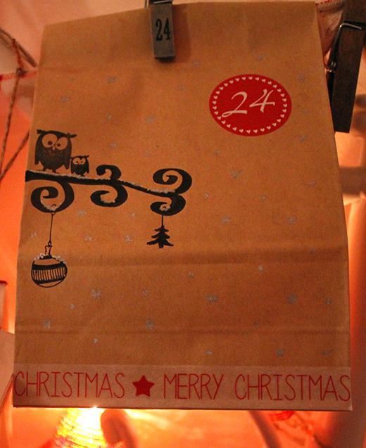 Türchen 24: Handstandbilder vor dem Weihnachtsbaum